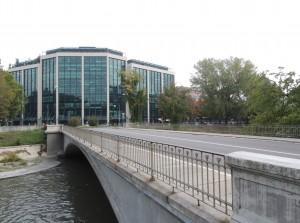 Ponte Emanuele Filiberto e palazzo dell'Agenzia per il lavoro SpA. Fotografia di Edoardo Vigo, 2012.