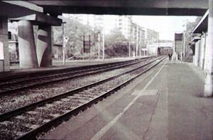 La banchina dei binari della stazione Dora negli anni Novanta, in Stefano Bergantino, a.a. 2005/2006.
