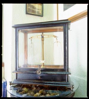 Farmacia Montanaro-Bacolla, bilancino in teca, 1998 © Regione Piemonte