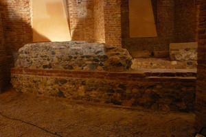 Un particolare del muro della cavea in ciottoli e ricorsi regolari di mattoni, © Soprintendenza per i Beni Archeologici del Piemonte e del Museo Antichità Egizie.