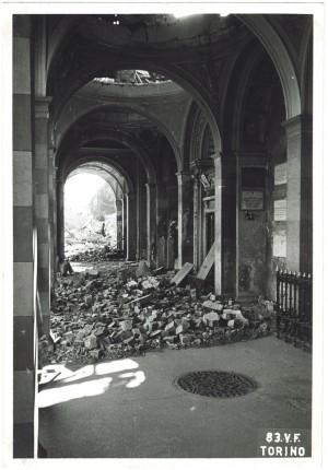 Cimitero Monumentale, Corso Novara (già Corso Tortona 76-78). Effetti prodotti dai bombardamenti dell'incursione aerea del 13 luglio 1943. UPA 3662_9E01-55. © Archivio Storico della Città di Torino/Archivio Storico Vigili del Fuoco