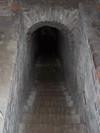 Dai piani interrati di fabbricati l'accesso alle gallerie avviene per mezzo di scale in muratura. Fotografia di Fabrizio Zannoni.