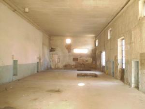 Ex Cinema Edelweiss, interno. In alto a sinistra il camino per il tubo della stufa. Fotografia di Giuseppe Beraudo, 2009
