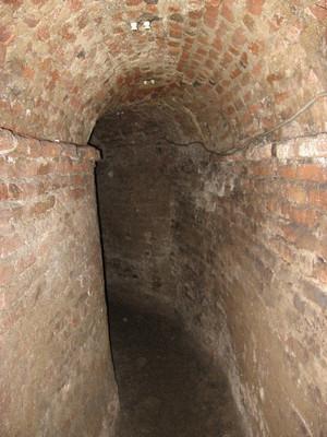 Isolatori per linea elettrica conservati nelle volte delle contromine del bastione San Lazzaro. Fotografia di Fabrizio Zannoni.