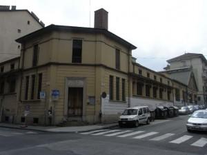 L'ingresso dei bagni municipali di Borgo San Donato, angolo via Pinelli e lo sviluppo dell'edificio lungo via Saccarelli. Fotografia L&M, 2011.