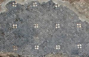 Particolare del mosaico con decorazione a crocette, © Soprintendenza per i Beni Archeologici del Piemonte e del Museo Antichità Egizie