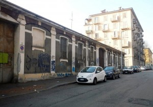 Basso fabbricato industriale, risparmiato dai bombardamenti, in via Buscalioni 8, sede di Chimica Strola. Fotografia di Gianluca Beltran Komin, 2015 in www.immaginidelcambiamento.it