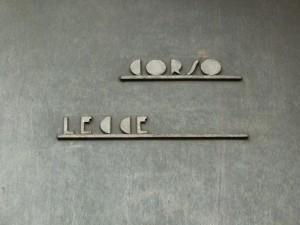 Edificio di civile abitazione in corso Lecce 57, già Cassa Mutua dell'Industria, indicazione viaria sull'edificio. Fotografia di Paola Boccalatte, 2014. © MuseoTorino