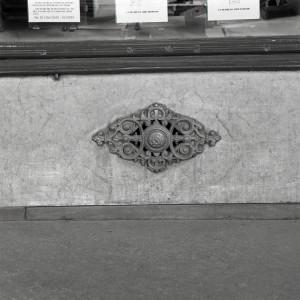 Dimensione Europa, già Debois, particolare del basamento con borchia, 1998 © Regione Piemonte