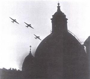Incursione del 4 giugno 1944, velivoli statunitensi sorvolano il Santuario della Consolata, possibile fotomontaggio. © Archivio Storico AMMA