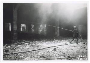 """""""Gallettificio Militare, Largo Brescia"""" (sic). Effetti prodotti dai bombardamenti dell'incursione aerea del 13 luglio 1943. UPA 3648_9E01-41. © Archivio Storico della Città di Torino/Archivio Storico Vigili del Fuoco"""