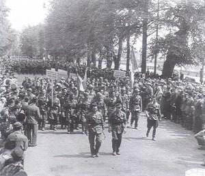 6 maggio 1945, sfilano i partigiani che hanno partecipato alla liberazione di Torino. © Archivio Storico AMMA