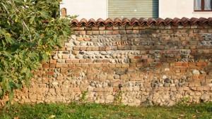 Dettaglio del restauro del muro perimetrale della cascina Grangia. Fotografia di Edoardo Vigo, 2012.