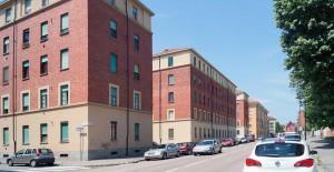 Vista lungo via Carlo del Prete, sulla sinistra case popolari. Fotografia di Luca Davico, 2015