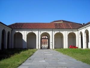 L'ingresso verso il Cottolengo dal cortile. Fotografia di Silvia Bertelli.