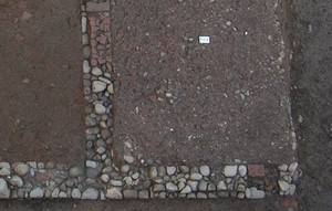 Particolare delle strutture in corso di scavo; nel vano a destra è riconoscibile la pavimentazione in frammenti di laterizi e ghiaia, © Soprintendenza per i Beni Archeologici del Piemonte e del Museo Antichità Egizie