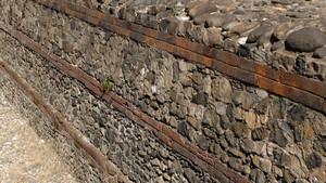 I resti delle mura romane nei pressi della Porta Palatina (particolare, 1). Fotografia di Plinio Martelli, 2010. © MuseoTorino.