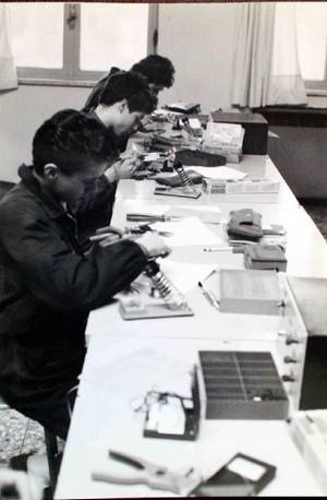 Studenti della Casa di Carità al lavoro negli anni Ottanta.©Archivio Casa di Carità Arti e Mestieri.