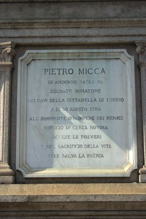Monumento a Pietro Micca, iscrizione. Fotografia di Giuseppe Caiafa, 2011.