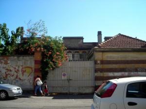 Ex magazzino militare, già gallettificio. Accesso carraio al cortile. Fotografia di Silvia Bertelli.