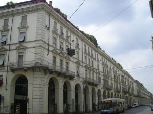 Edificio a uso abitazione, negozi e laboratori in via Po 40
