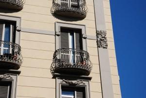 Particolare della decorazione della fascia marca piano che evidenzia la sopraelevazione; la decorazione era già presente sotto il cornicione del fabbricato originario, come evidenziato dalla fotografia del 1925. Fotografia Giuseppe Beraudo, 2011