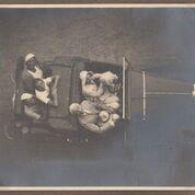 I Gualino con Raja Markman, Bella Hutter e un'amica, 1925 - 1926, riproduzione da fotografia originale. Torino, Archivio Erika Hutter