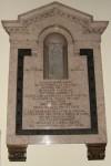 Piazza Vittoria. Chiesa di Nostra Signora della Salute. Sezione superiore di un pilastrino inserito in una lapide commemorativa nel transetto. Fotografia di Fabrizio Zannoni, 2010.