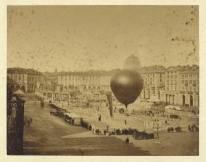 Piazza Vittorio Emanuele con mongolfiera. © Archivio Storico della Città di Torino