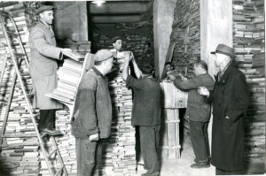 Biblioteca civica Centrale dopo il bombardamento, ricovero dei libri superstiti nelle cantine dell'edificio, 1943. Biblioteca civica Centrale © Biblioteche civiche torinesi
