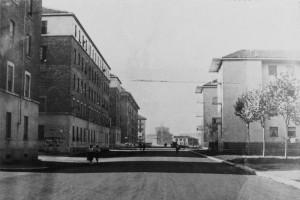 Panoramica di via Carlo del Prete, case popolari a sinistra, nuovi edifici sulla destra e sullo sfondo la chiesa del Redentore in costruzione, 1956 © EUT 2