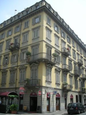 Edificio di civile abitazione e negozi in via Passalacqua 6