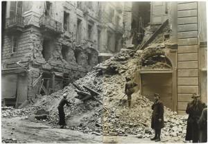 Via Santa Teresa n. 20 angolo Via San Tommaso.  Effetti prodotti dai bombardamenti dell'incursione aerea del 9 dicembre 1942. UPA 3052_9F02_59. © Archivio Storico della Città di Torino
