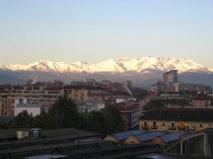 Veduta delle Officine Grandi Motori con le Alpi sullo sfondo. Fotografia di Laura Tori, 2010.