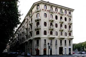 Edificio di abitazione civile con negozi in via Ercole Ricotti. Fotografia di Dario Lanzardo, 2010 © MuseoTorino.