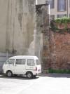Blocchi di tubatura in pietra, probabilmente in origine condotte di derivazione dell'acquedotto, in un edificio interno all'isolato compreso tra via Garibaldi, via Botero, via Barbaroux e via Milano. Fotografia di Fabrizio Diciotti, 2004
