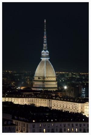 Mole Antonelliana illuminata per Natale 2017 da Iren. Fotografia di Roberto Cortese, 2018  © Archivio Storico della Città di Torino