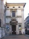 Via Maria Vittoria. Chiesa di S. Filippo Neri. Palla di cannone murata nella facciata della chiesa dell'Oratorio. Fotografia di Fabrizio Zannoni, 2010.
