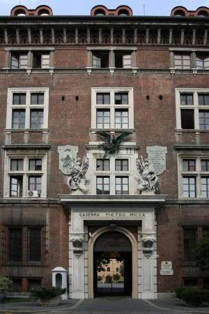 Caserma Pietro Micca. Particolare dell'entrata monumentale. Fotografia di Caterina Franchini.