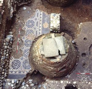 Particolare dell'aula pavimentata con un mosaico bianco e nero che compone una serie di ottagoni in cui sono racchiusi girali vegetali, © Soprintendenza per i Beni Archeologici del Piemonte e del Museo Antichità Egizie.