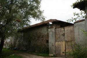 Portone di accesso e manica orientale della cascina Antiochia. Fotografia di Edoardo Vigo, 2012.