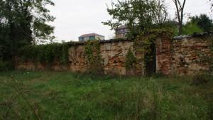 Infilata del muro perimetrale Sud della cascina Mirafiori. Fotografia di Edoardo Vigo, 2012.