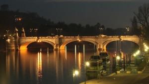 Scatto notturno del Ponte Umberto I. Fotografia di Azelio Stramaccia, 2009.