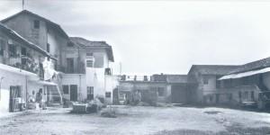 Foto storica del cortile interno della cascina Bellacomba, visto da Ovest. © EUT 6.