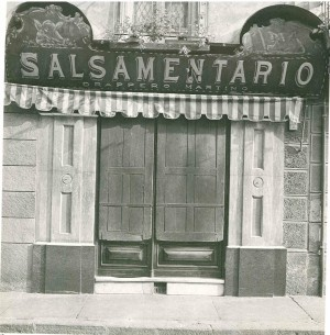 Insegna del Salsamentario Drappero ancora documentata nel 1984 (riproduzione da libro: A. Job, M. L. Laureati, C. Ronchetta, 1984, p. 76, n. 17)