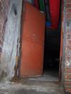 Imbocco di un pozzo dotato di scala a chiocciola schermato da una pesante porta metallica. Fotografia di Fabrizio Zannoni.