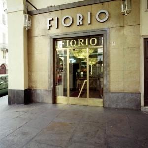 Caffè Fiorio, ingresso, Fotografia di Marco Corongi, 2001 © Politecnico di Torino
