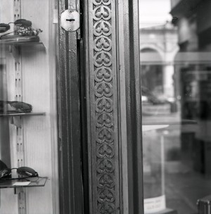 ex Acchito, video-stereo; ex Angelo Sciamengo, pasticceria, particolare esterno, 1998 © Regione Piemonte