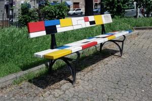 Vito Navolio, Omaggio a Piet Mondrian, panchina dipinta 2014-2015, p.zza Moncenisio. Fotografia di Roberto Cortese, 2018 © Archivio Storico della Città di Torino