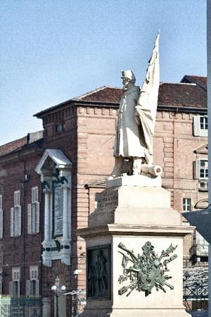 Vincenzo Vela, Monumento all'Alfiere dell'Esercito Sardo (veduta laterale, 2), 1856. Fotografia di Mattia Boero, 2010. © MuseoTorino.